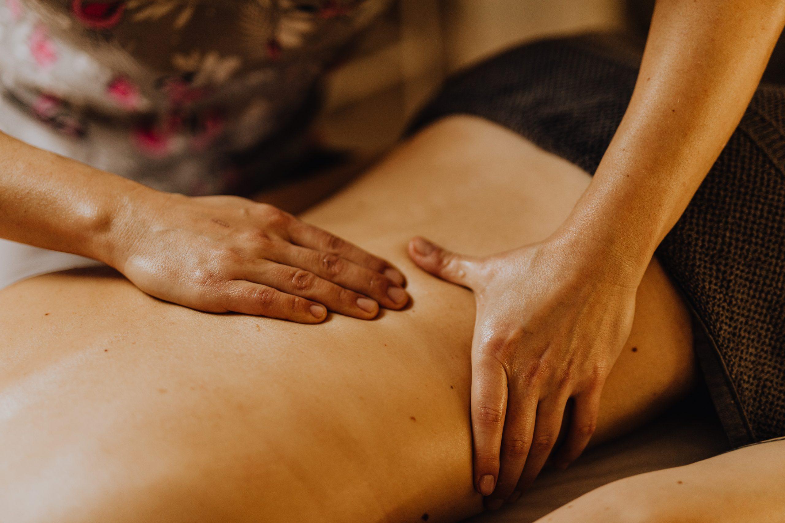 Un massage du dos à la main