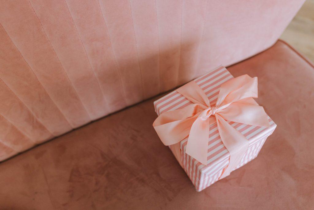 Cadeau pour la fête des grands-mères dans petite boite rose